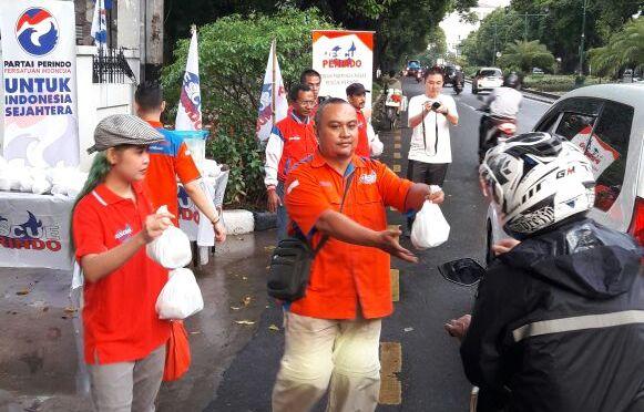 Rescue Perindo Bagikan Ratusan Takjil di Jalan Diponegoro