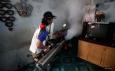 Kader Partai Perindo melakukan fogging atau pengasapan untuk memberantas nyamuk aedes aegypti di Rawasari, Jakarta Pusat, Sabtu (20/8/2016).