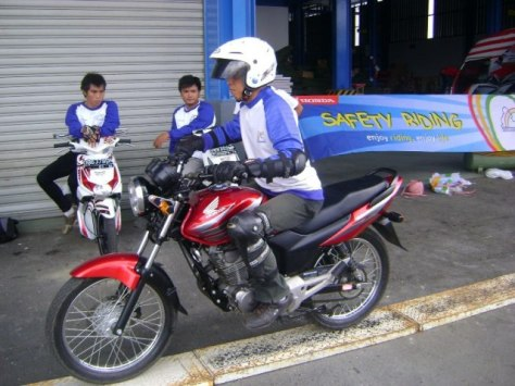 latihan-safety-riding-melewati-papan-titian
