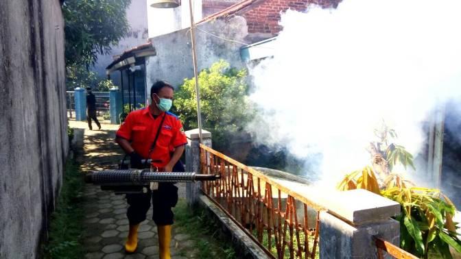 Tangkal Demam Berdarah, Rescue Perindo LakukanFoggingGratis di Brebes