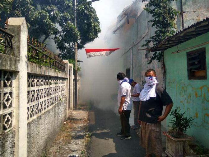 Selain Bagikan Gerobak UMKM, Rescue Perindo Fogging Ratusan Rumah Warga Paseban