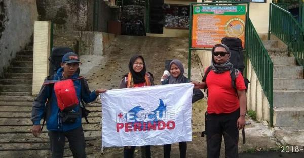 Hari Kartini, Rescue Perindo Tangsel Mendaki ke Puncak Gunung Ceremai